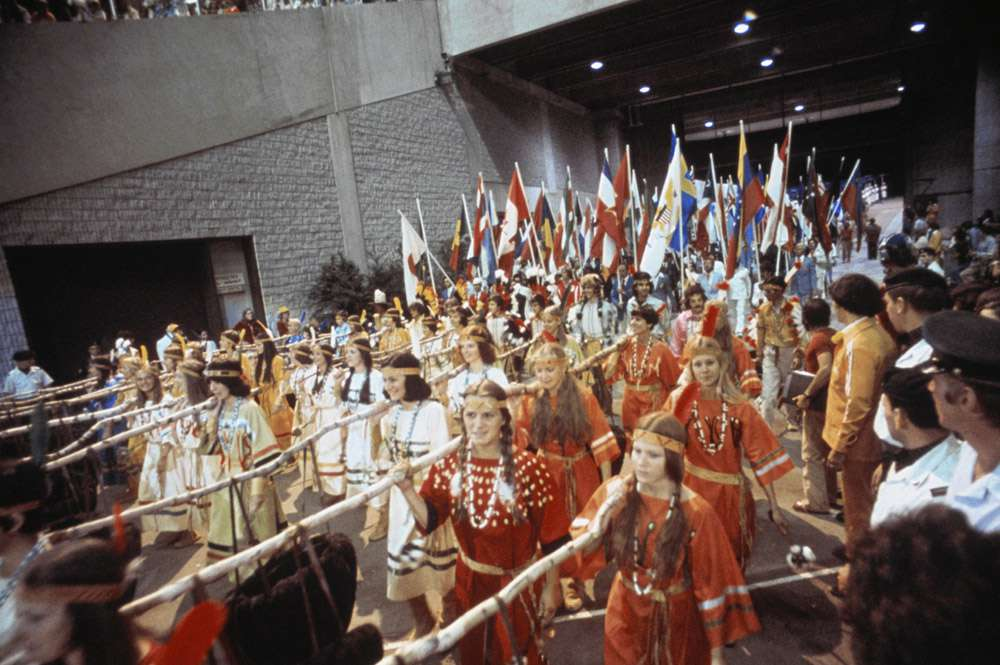 Montreal 1976 OG, Closing ceremony - The show. Entrance of the procession of Native Americans and athletes.